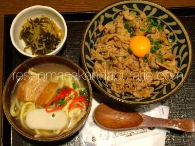 Mie Jepang dengan telur mentah